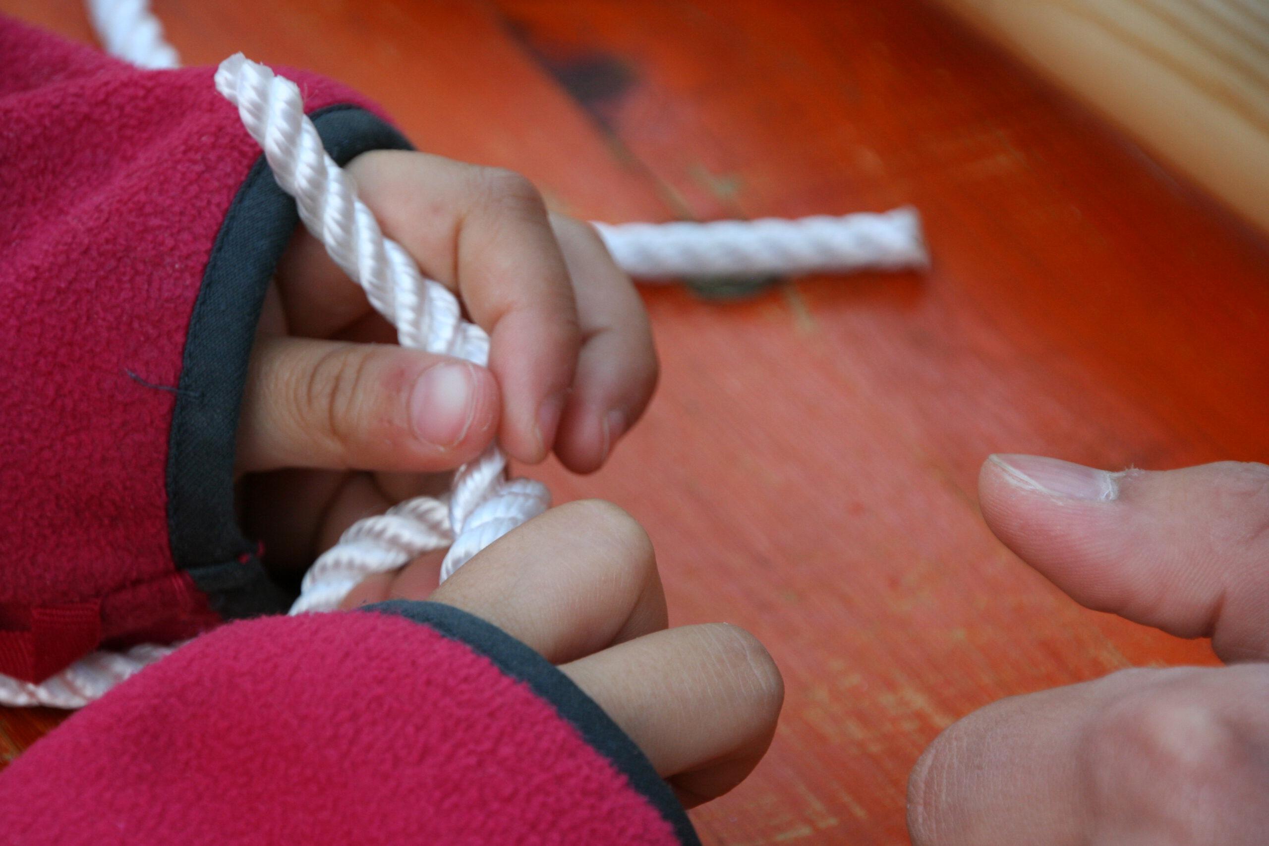 Kind beim Knoten